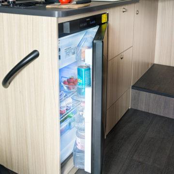 Avtodom Sun Living S - blok kuhinja z manjšim hladilnikom