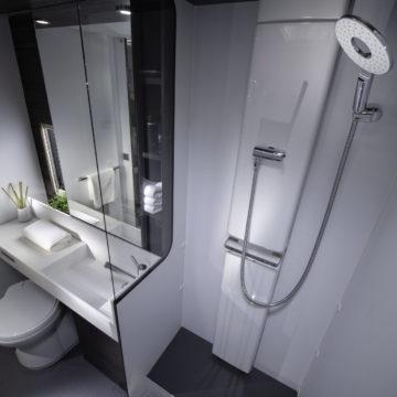 Tuš kabina v Adriinem modelu prikolice Astella  754 DP