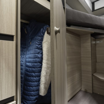 Van Adria Twin Plus garderoba pod hladilnikom v 640SLB