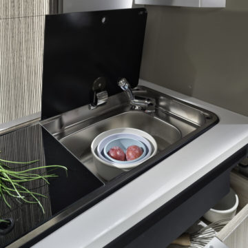 Van Adria Twin Plus odprt pokrov v kuhinji